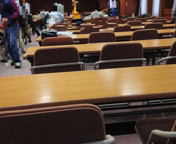 冷凍機械責任者講習東京会場の場内風景。とにかく人口密度が高い。