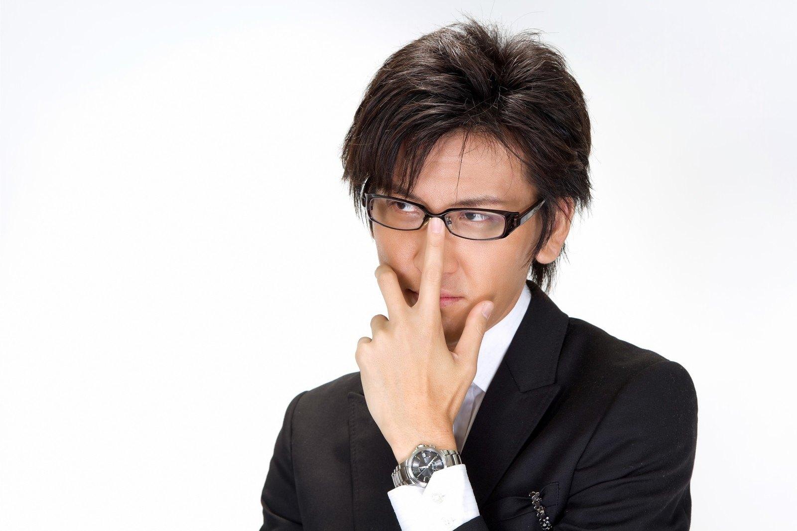 眼鏡をかけたエリートサラリーマン。